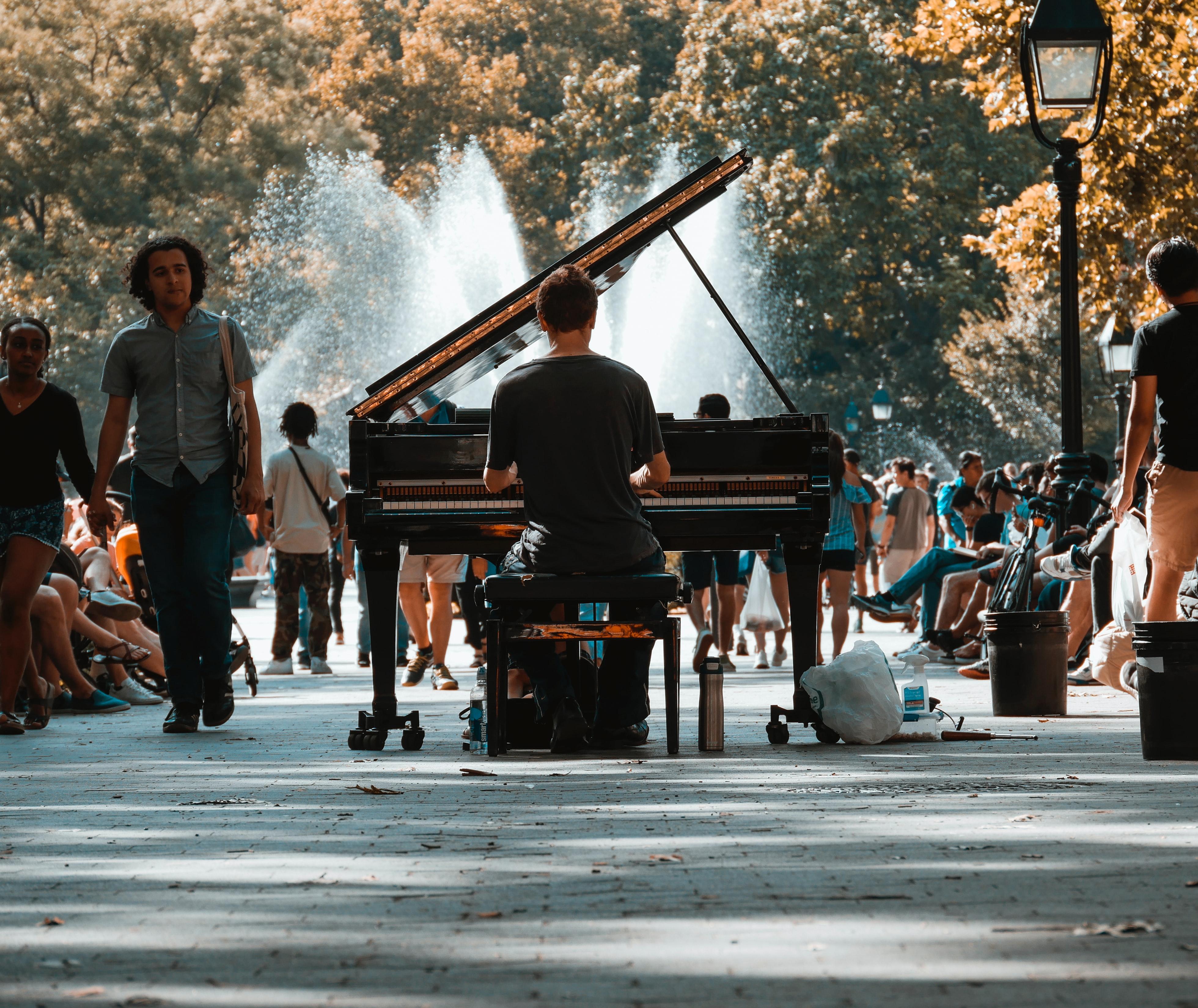 Man-piano-NYC